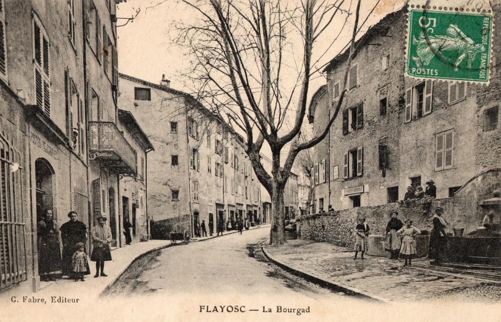 L'ANCIENNE POSTE, L'ANCIENNE MAIRIE ET LA FONTAINE DE LA BOURGADE EN 1912
