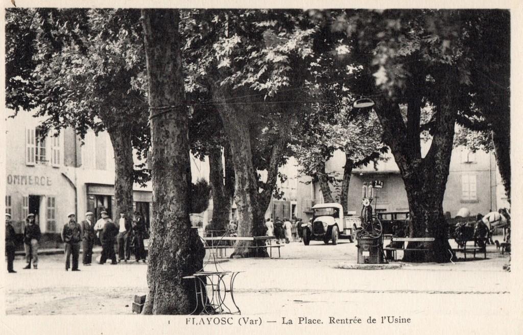 La place de la république et la sortie de l'usine en 1910